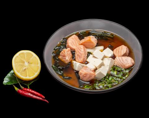 Мисо-суп с лососем и сыром тофу