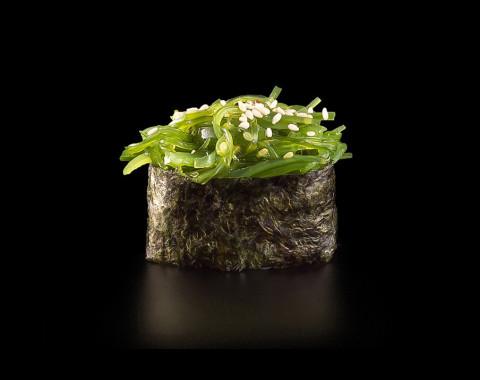 Гункан с водорослями хияши